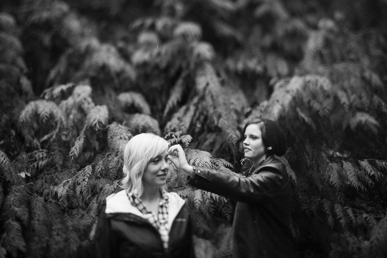 Cozy rainy couple session in West Seattle, Washington, Pacific Northwest Photographers